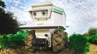 Ce robot fait la chasse aux mauvaises herbes. Il se déplace tout seul et communique avec l'exploitant en envoyant des SMS.