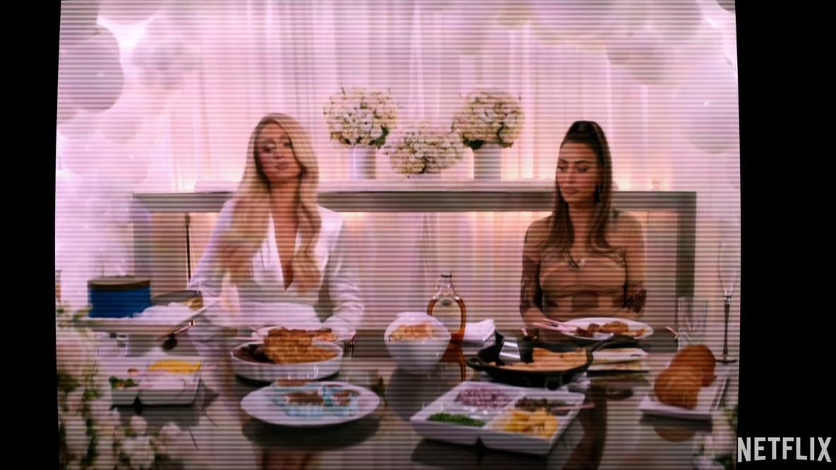 """Paris Hilton et Kim Kardashian aux fourneaux dans la bande-annonce de """"Cooking With Paris"""""""