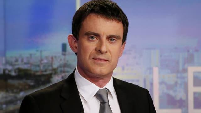 Manuel Valls pose lors d'une interview au 20h de TF1 en 2014