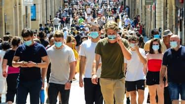 Des piétons portent des masques, le 15 août 2020 à Paris