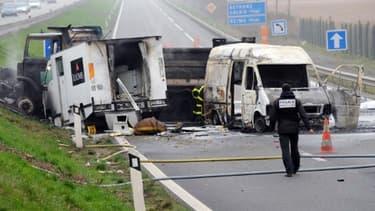 Le fourgon blindé de la société Loomis a été coincé entre deux camions avant d'être braqué, le 17 mars 2011.