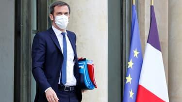 Le ministre français de la Santé Olivier Véran à la sortie de l'Elysée, le 14 avril 2021 à Paris