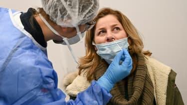 Dépistage du Covid-19 par un test PCR à l'aéroport de Roissy le 13 février 2021