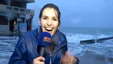 La présentatrice météo de BFMTV Fanny Agostini se relève après avoir été emportée par une vague à Saint-Malo le 20 février 2015.