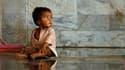 Dans un hôpital mardi à Charsadda, dans la province pakistanaise du Khyber-Pakhtunkhwa. Selon les Nations unies, quelque 3,5 millions d'enfants risquent de contracter des maladies mortelles véhiculées par l'eau polluée ou les insectes après les inondation