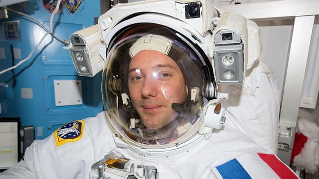 Thomas Pesquet dans sa combinaison spatiale.