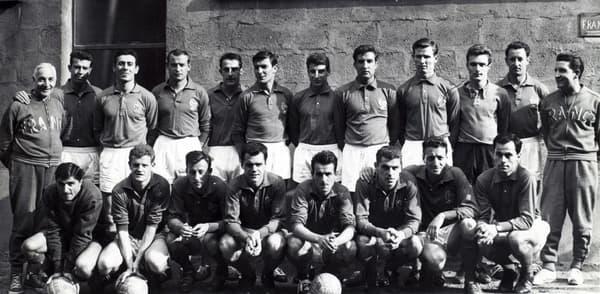 L'équipe de France retenue pour l'Euro 1960 prend la pose avec son staff