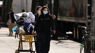 Des soignants amenant un patient contaminé au Covid-19 à l'hôpital Mont Sinaï à New York, le 1er avril 2020
