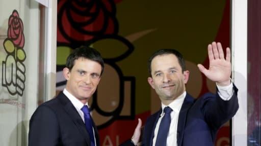Manuel Valls (g) et Benoît Hamon, le 29 janvier 2017 au siège du PS à Paris