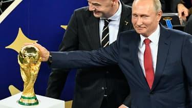 Vladimir Poutine lors de la remise du trophée de la Coupe du monde.
