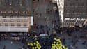 Manifestation antinucléaire au pied de la cathédrale de Strasbourg. Des milliers de personnes ont défilé dans sept villes de France pour dire stop au nucléaire civil comme militaire. /Photo prise le 15 octobre 2011/REUTERS/Vincent Kessler