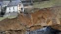 Le hameau de 140 personnes est coupé du monde après une gigantesque coulée de boue.