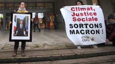 Un militant écologiste retire le portrait d'Emmanuel Macron au sein de la mairie de Saint-Sébastien-sur-Loire, le 4 mars 2019.
