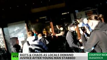 Des émeutiers ont détruit les vitrines d'un centre commercial, ici devant les caméras russes.