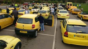 Des centaines de propriétaires de voitures jaunes ont organisé un grand convoi pour défiler dans le petit village de Bibury, en soutien à Peter Maddox. Sa Corsa jaune a été vandalisée à cause de sa couleur.