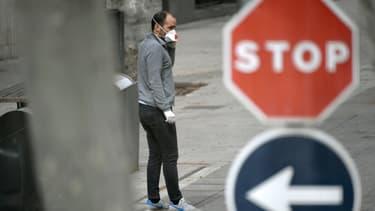 Un homme portant un masque à Barcelone.