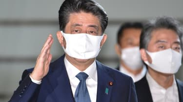 Le Premier ministre japonais Shinzo Abe (g) arrive à ses bureaux à Tokyo, le 28 août 2020.