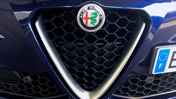 La Giulia dispose adopte la nouvelle calandre Alfa Romeo, avec une calandre très agressive.