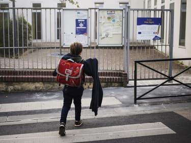 Un enfant près de son école à Caen (Photo d'illustration) en 2018.