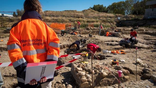 Des archéologues de l'Inrap sur un site de fouilles, près de Narbonne, en octobre 2019. (Photo d'illustration)