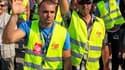 Les salariés de la raffinerie du groupe américain LyondellBasel de Berre-l'Etang, près de Marseille, votent la reconduction de leur mouvement de grève. La direction a annoncé mardi la fermeture du site et 370 emplois sont menacés. /Photo prise le 29 septe