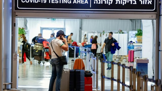 Des touristes vaccinés arrivent à l'aéroport de Tel-Aviv, le 23 mai 2021 en Israël