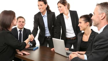 Poignée de mains lors d'une réunion de travail (photo d'illustration)
