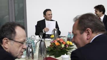 Négociations salariales entre le ministre de l'Intérieur allemand Hans-Peter Friedrich (au centre) et le secrétaire général du syndicat des travailleurs Frank Bsirske (à droite), à Potsdam. Deux millions de fonctionnaires allemands vont être augmentés de