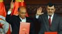 Le président tunisien Moncef Marzouki (gauche) et le Premier ministre islamiste sortant Ali Larayedh portent des copies de la nouvelle constitution le 27 janvier.