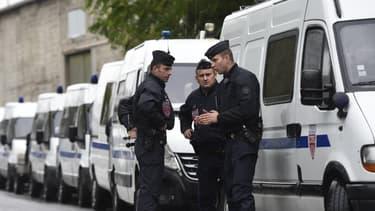 Des policiers pendant l'évacuation d'un camp de roms de la Courneuve le 27 août 2015