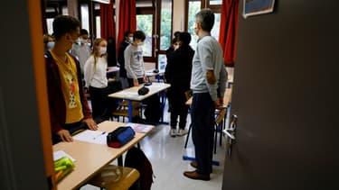 Minute de silence en hommage à Samuel Paty au collège de la Grange-aux-Belles à Paris le 2 novembre 2020. (Photo d'illustration)