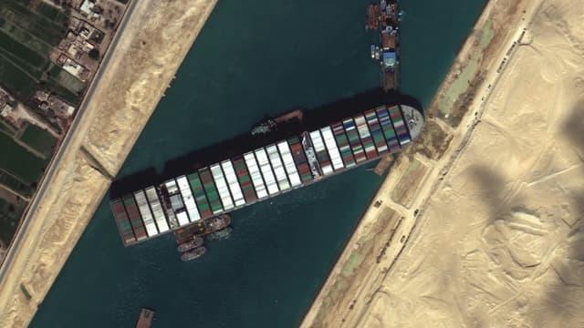L'Ever Given était bloqué en travers du canal de Suez (photo satellite du 27 mars 2021)