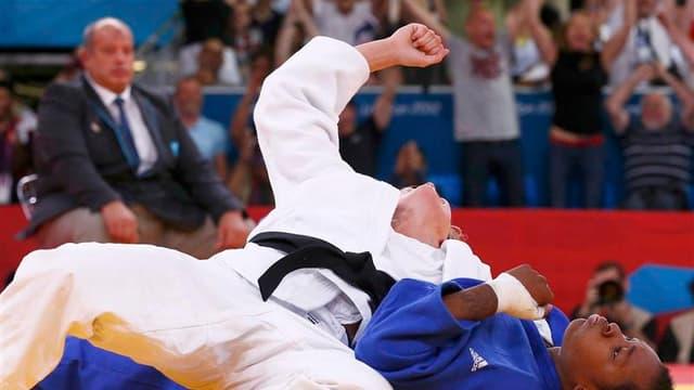 Audrey Tcheuméo (en bleu) a été battue jeudi à Londres par la Britannique Gemma Gibbons en demi-finales des Jeux olympiques dans la catégorie des moins de 78 kg. La judoka française disputera un dernier combat pour tenter d'obtenir une médaille de bronze.