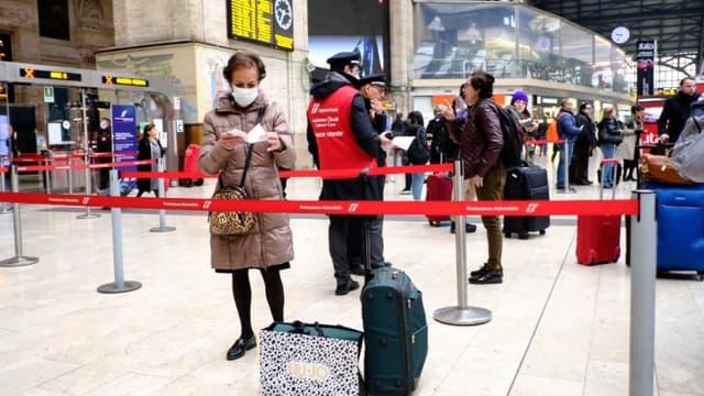 ANDREAS SOLARO / AFP - Des passagers dans la gare de Milan le 25 février dernier.