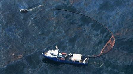 Opération d'endiguement de la nappe de pétrole au large des côtes américaines, mercredi. La fuite de pétrole sous-marine dans le Golfe du Mexique est cinq fois plus rapide qu'initialement estimé, ont annoncé jeudi les garde-côtes américains, qui s'efforce