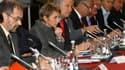 François Chérèque, dirigeant de la CFDT (à gauche), aux côtés de Laurence Parisot, présidente du Medef, lors d'une réunion à l'Elysée. Syndicats et patronat ont mis le gouvernement en garde lundi contre le risque de susciter de faux espoirs avec la mise e