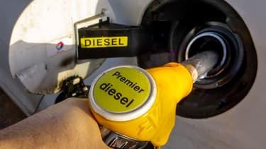 La fiscalité du diesel va être alourdie de 1 centime au litre en 216 puis de 1 centime supplémentaire en 2017.
