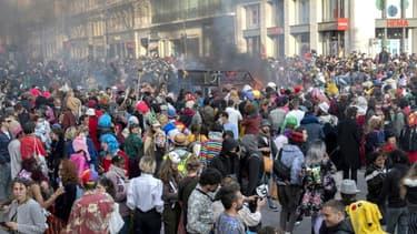 Des millers de personnes à Marseille pour un carnaval improvisé, malgré le Covid-19, le 21 mars 2021.