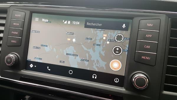 Grâce à Android Auto, Waze est accessible directement sur l'écran de l'Ateca. A noter qu'il signale toujours la présence des radars, un outil bien utile en Finlande.