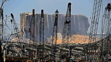 Le port de Beyrouth le 5 août 2020 au lendemain de la double explosion qui a secoué la ville