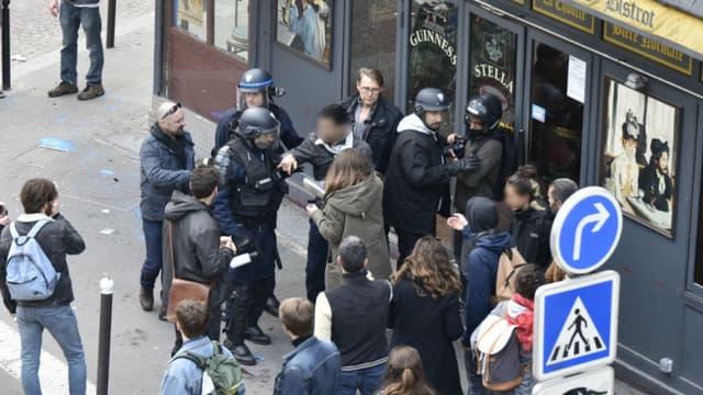 Un groupe de manifestants en pleine interpellation avec les forces de l'ordre, ainsi qu'Alexandre Benalla et Vincent Crase place de la Contrescarpe à Paris, le 1er mai 2018.