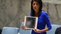 L'ambassadrice américaine à l'ONU, Nikki Haley, montre des photos des victimes d'une attaque chimique perpétrée en Syrie le 4 avril 2017