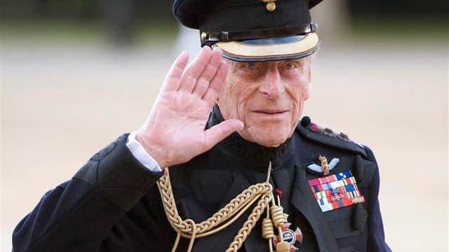 Le prince Philip, époux de la reine Elizabeth d'Angleterre, a été opéré du coeur vendredi peu après avoir été hospitalisé en raison de douleurs à la poitrine. /Photo prise le 9 juin 2011/REUTERS/Paul Edwards/Pool