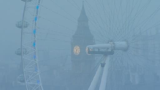 """C en'est pas le brouillard mais le """"smpg"""" qui recouvre Big Ben ."""