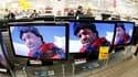 Dans le rayon télévisions d'un hypermarché à Antibes. La consommation des ménages en produits manufacturés de 0,6% en décembre après une hausse de 2,7% en novembre. /Photo d'archives/REUTERS/Éric Gaillard