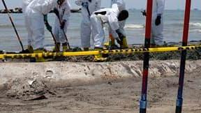 Opérations de nettoyage à Port Fourchon, en Louisiane. La colère de l'opinion américaine est encore montée d'un cran lundi contre BP en raison de la marée noire dans le golfe du Mexique, qui pourrait menacer cette semaine les côtes jusque-là épargnées du