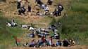 Manifestants se mettant à couvert lors d'une manifestation près du village druze de Majdal Shams sur le plateau du Golan, près de la frontière entre la Syrie et Israël. Des soldats israéliens ont ouvert le feu dimanche sur des centaines de Palestiniens qu