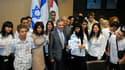Le président de l'Assemblée nationale Bernard Accoyer (au centre) a reçu mardi à Paris vingt-deux jeunes Israéliens et Palestiniens. Ces jeunes âgés de 15 à 18 ans ont présenté un plan de paix dans lequel ils appellent leurs dirigeants à conclure rapideme