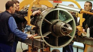 Des ouvriers assurent la maintenance d'un réacteur. (Illustration)