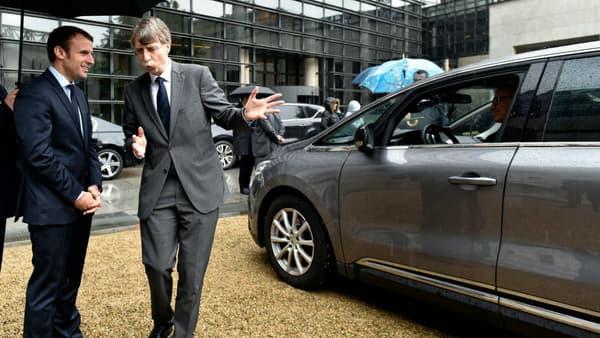 Emmanuel Macron, devant l'Espace utilisé par Renault comme prototype de voiture autonome.
